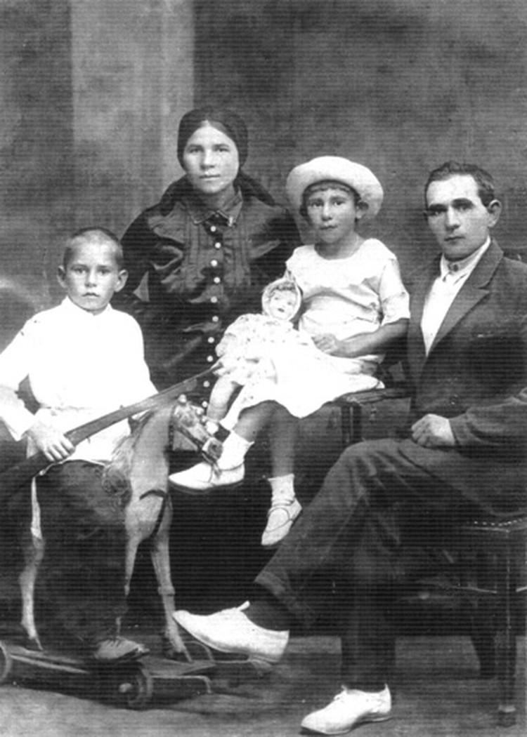 Семья Песковых. Крайний слева - Вася. Вторая справа - сестра Маша. 1938 год.