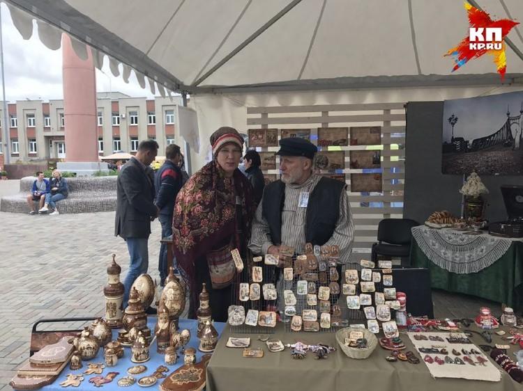 Продавцы сувениров на площади Славы.