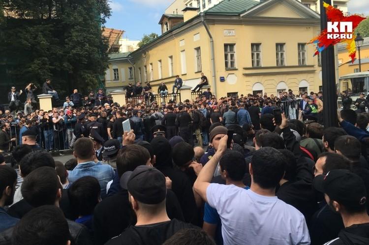 Мы не позволим убивать наших братьев! - кричали в Москве люди в тюбетейках и напирали на ограждение полиции