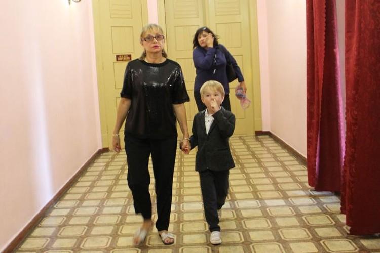 """Жена Боярского изменила """"черному стилю"""", как только сошла с дорожки - сменила обувь на более удобную, которая оказалась светлой."""