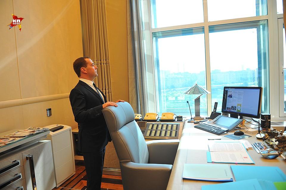 Из кабинета премьера Дмитрия Медведева открывается фантастический вид на гостиницу Украина и набережную Москвы-реки Фото: Евгения ГУСЕВА
