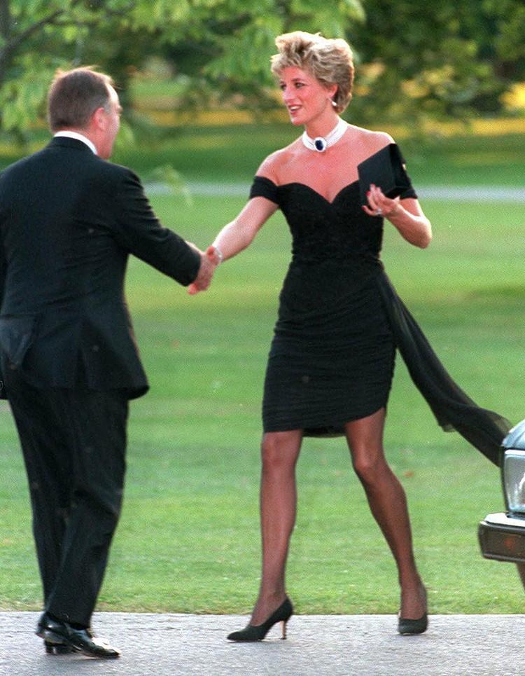 Принцесса Диана появилась на одном из приемов в маленьком чёрном платье
