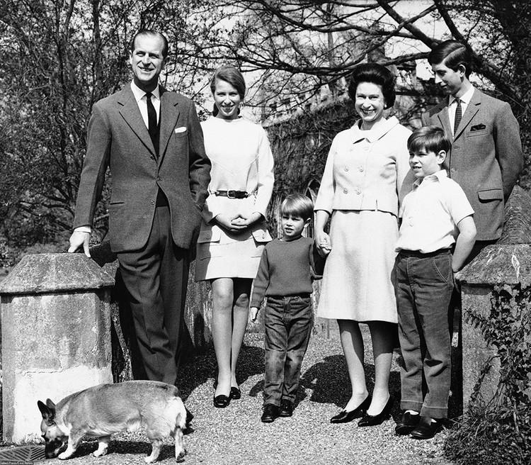 Королевская семья со своей собакой породы корги. Снимок сделан в 1968 году