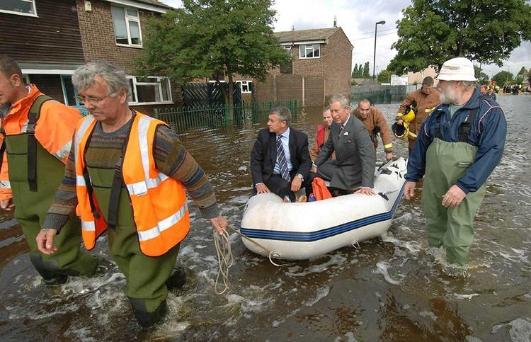 Принц Чарльз однажды дал автограф, когда навещал пострадавших от наводнения
