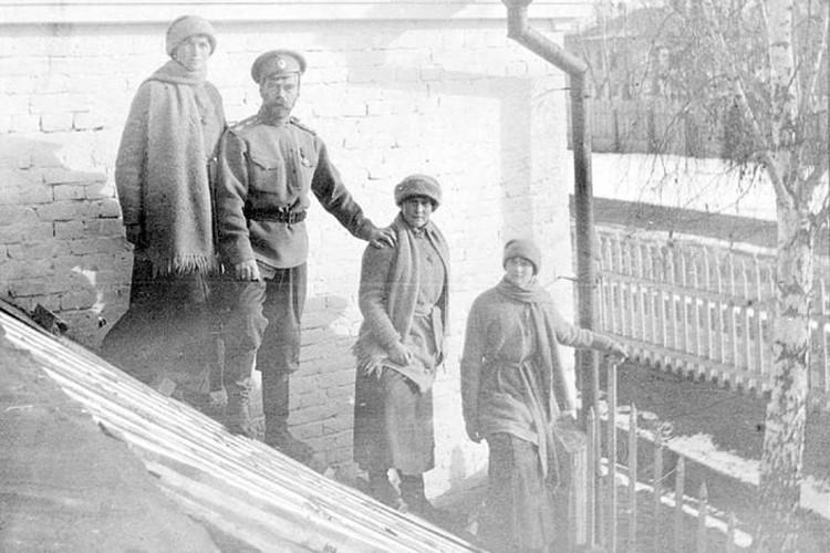 Царская семья незадолго до расстрела. Фото: архив Свердловской области