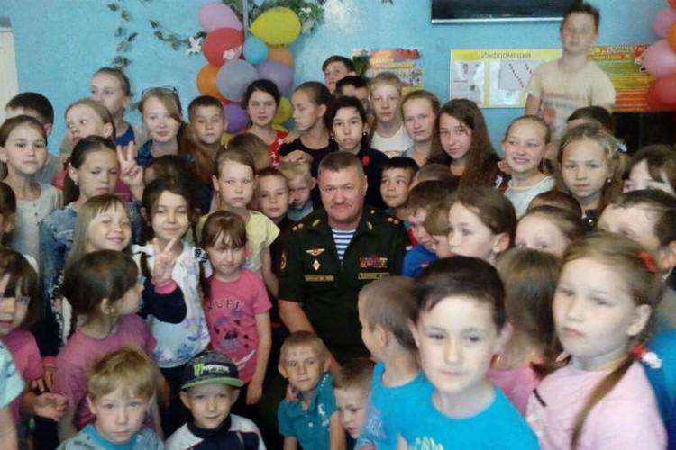 Генерал на встрече с детьми в родной школе в селе Калинино летом 2017 года.
