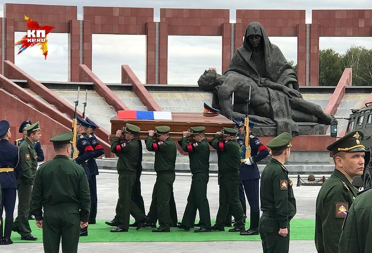 Гроб с телом генерала у монумента «Скорбь».