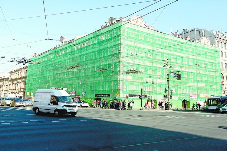 На Литейном, 64/78 приводят в порядок фасад.