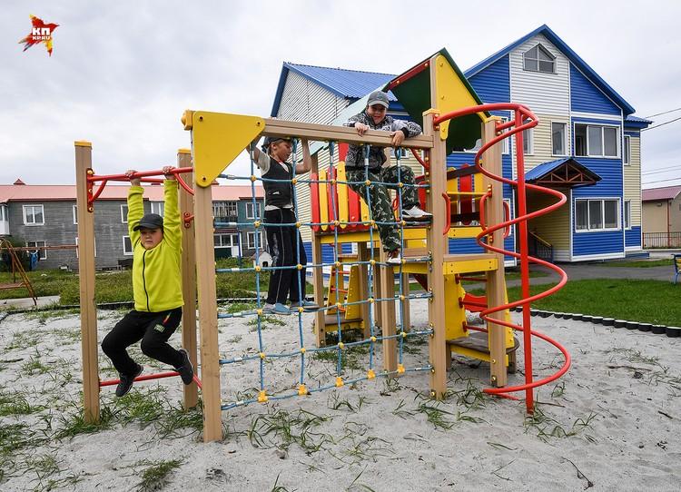 Во дворах детские площадки не пустуют