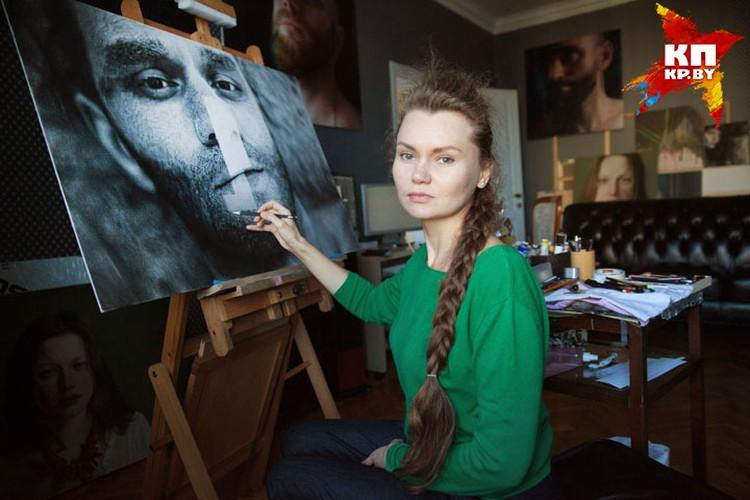 Виктория работает дома. Но, вопреки стереотипам, у нее идеальный для художника порядок.