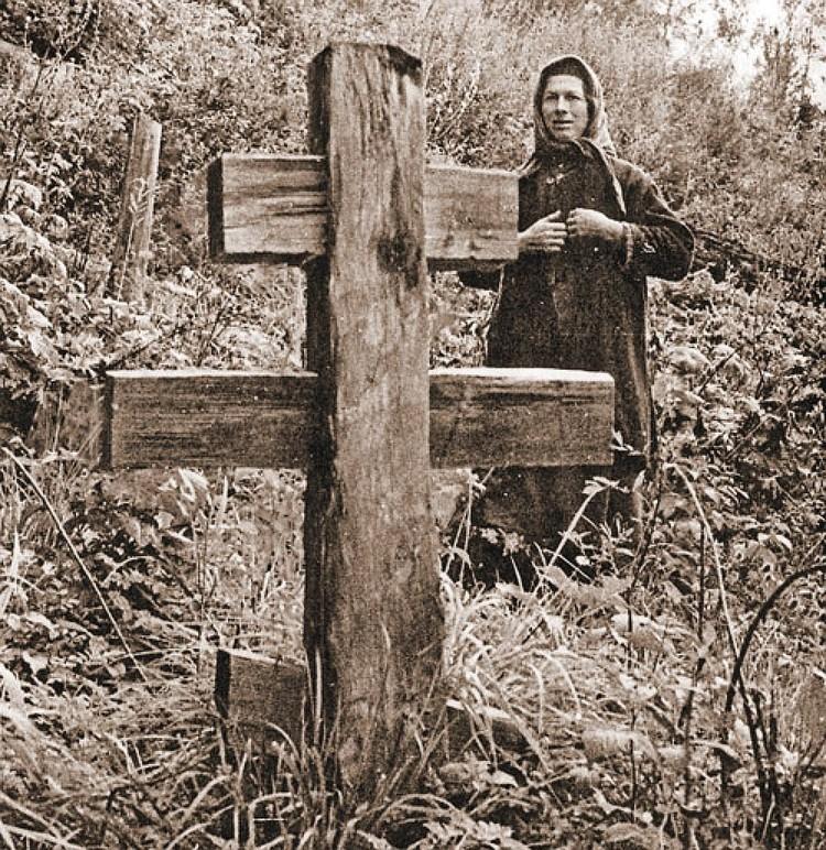 Агафья у могилы отца