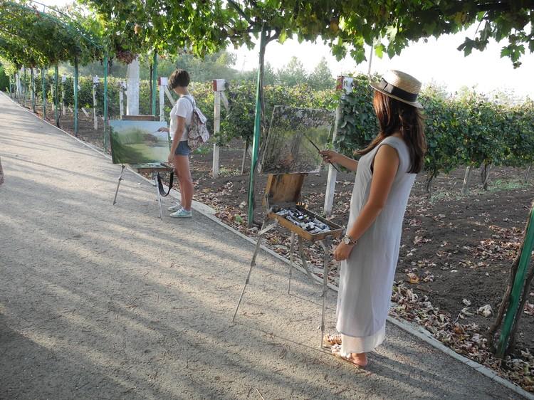 Винная атмосфера располагает к творчеству - на винодельни специально привозят учащихся художественных школ. Фото: Алексей БОЯРСКИЙ