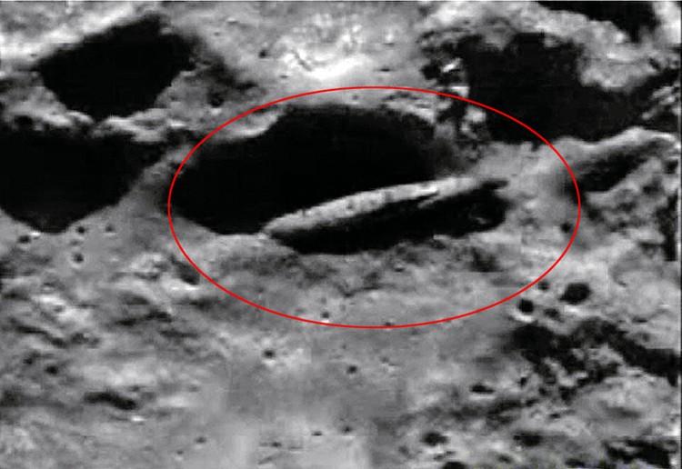 Кадр видео НАСА показывает кратер на Луне, где в 1976 году якобы был обнаружен корабль пришельцев. На самом деле Алексей Леонов никогда там не бывал. Фото: NASA