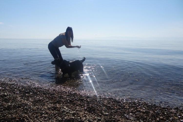 Иркутянка Инна Черных ездила вместе с собакой-поводырем Дарли на Байкал