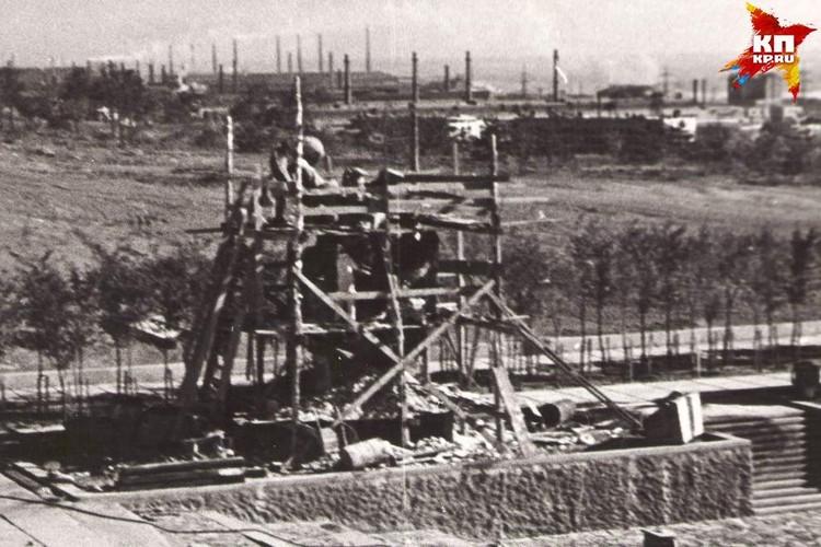 На площади Героев только начали отливать статуи. 1963 г. Фото: Музей-заповедник «Сталинградская битва».