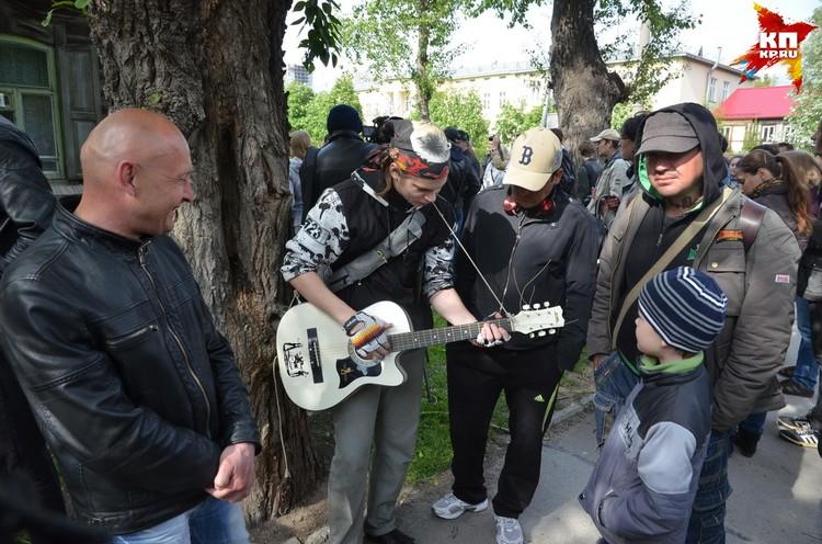 Поклонники Янки Дягилевой во время установки памятной таблички.