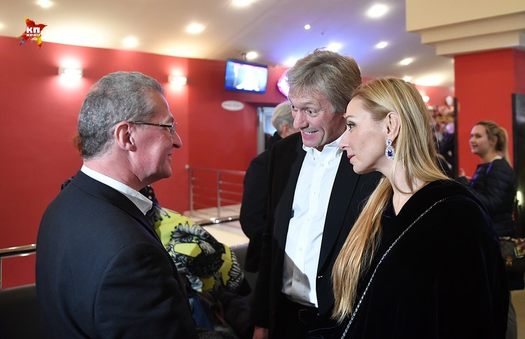 К Татьяне Навке незаметно присоединился супруг, пресс-секретарь президента России Дмитрий Песков, тем самым представив политический сектор
