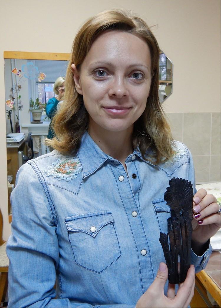 Наталья Басова с самой любопытной находкой - фигуркой «индейца». Фото: archaeology.nsc.ru