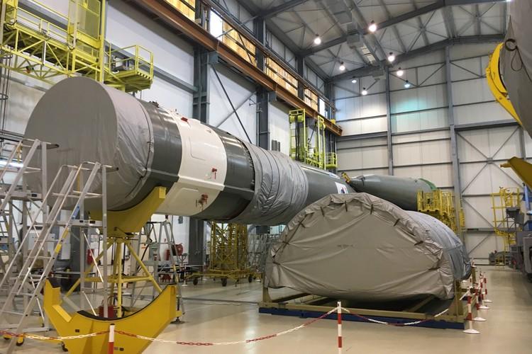 """Сейчас идет сборка ракеты """"Союз"""", которая полетит из Гвианы в феврале следующего года. Это будет 18-й пуск. Всего по контракту с Францией Россия запустит 50 """"Союзов"""". Но эксперты говорят, что договор между нашими странами может быть продлен."""