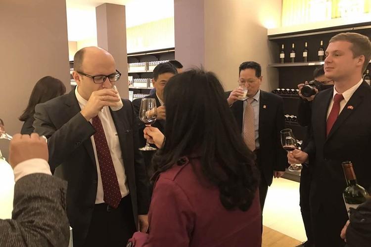 Белорусское молоко в Китае позиционируется как французское вино! Фото из города Ухань, 2017 год. Фото: личный архив посла.