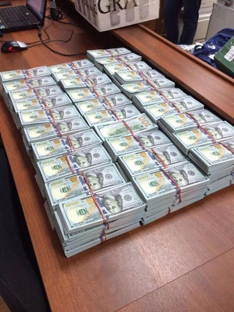 10 сентября 2016 года при обыске квартиры, оформленной на сводную сестру Захарченко, следователи изъяли более $120 миллионов и 2 миллиона евро