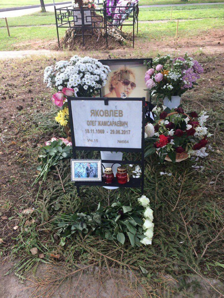 Вид могилы певца был плачевным. Кириченко: «Могила выглядела заброшенной. Поэтому мы решили скооперироваться и решить проблему своими силами!». Фото Евгении Кириченко