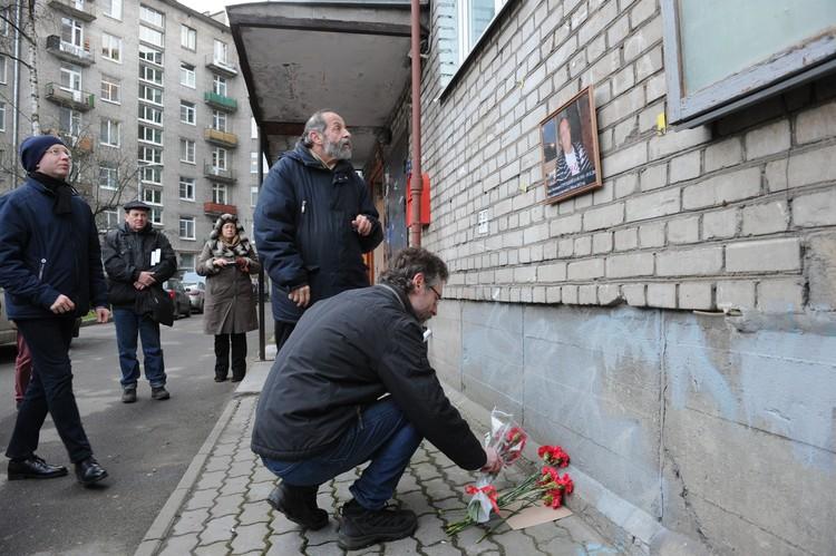 В День смерти Бориса Натановича у дома, где он жил, собрались его поклонники
