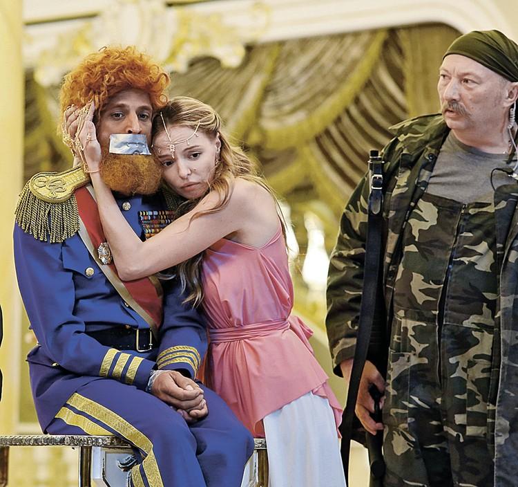Исполнитель главной роли Михаил Башкатов (принц Макбук) с Мариной Орловой и Юрием Гальцевым.