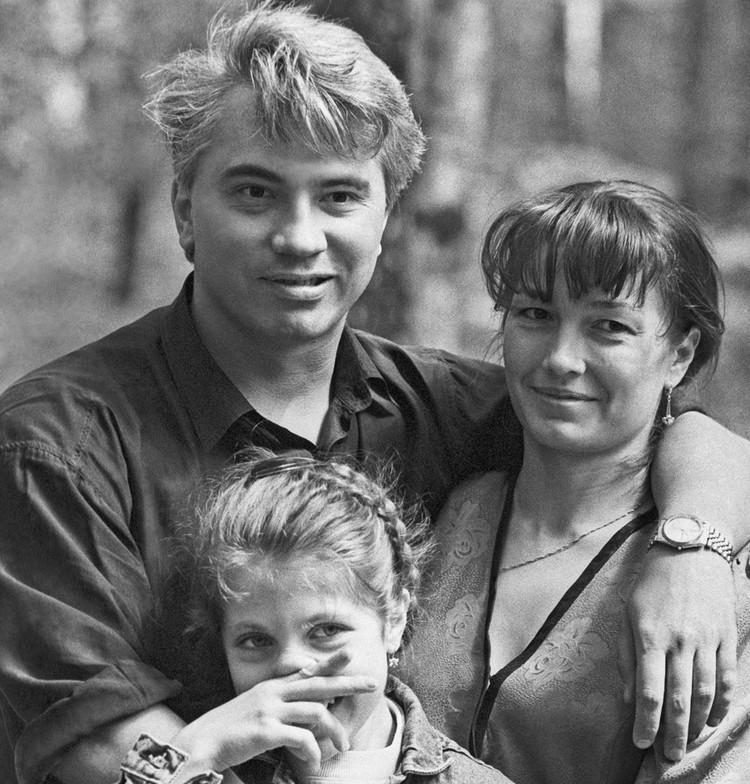 1993 год. Дмитрий Хворостовский с женой Светланой и ее дочерью Машей. Фото Григория Калачьяна /ИТАР-ТАСС/