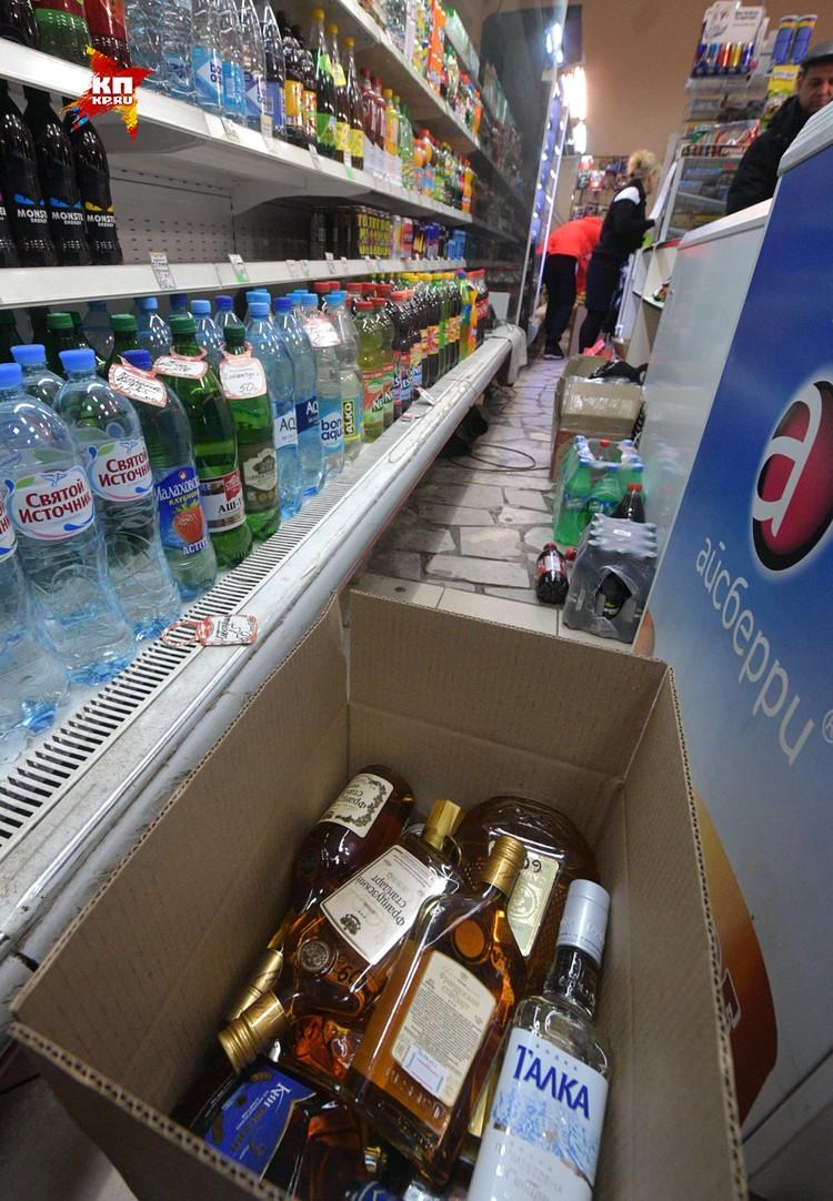 Алкоголь в подобных магазинах принято хранить где-то под прилавком.