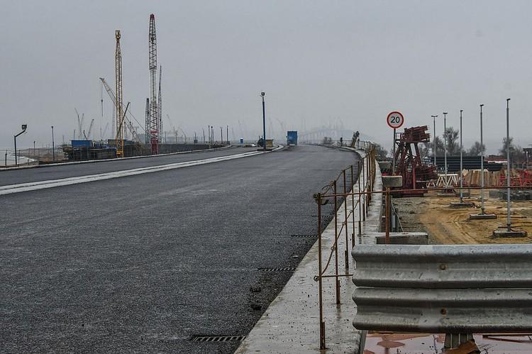 Асфальт на мосту через Керченский пролив
