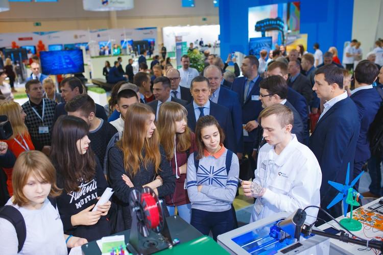 Юрий Трутнев и Валентин Тимаков лично посмотрели как консультируют молодежь.