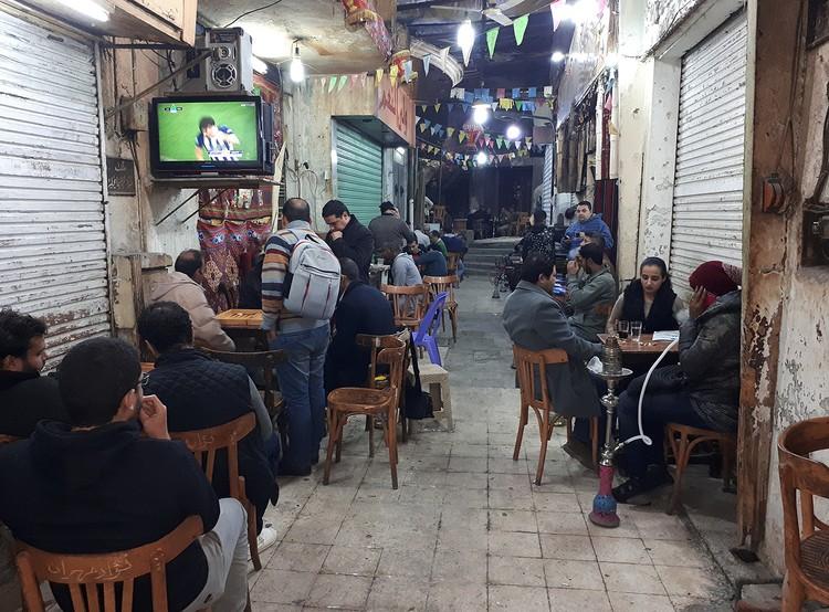 Футбол, кальян, нарды и чай в уличном кафе - главные развлечения простых каирцев