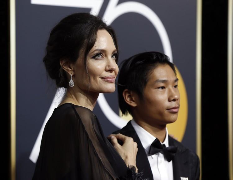 Анджелина Джоли с сыном Паксом.