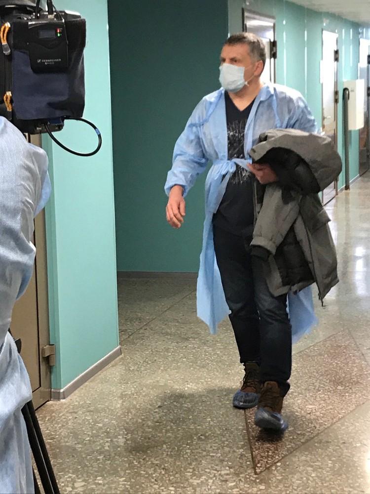 Мужчина в медицинской маске старался избегать общения с журналистами
