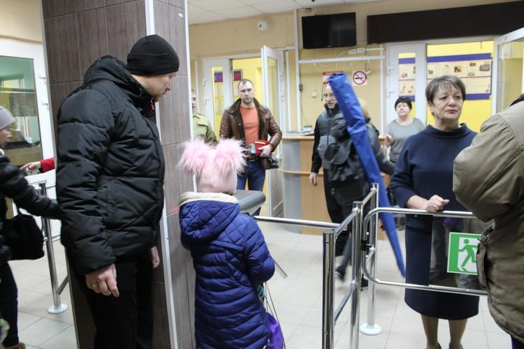 Дети проходят через тот самый турникет, через который 15 января прошли нападавшие.
