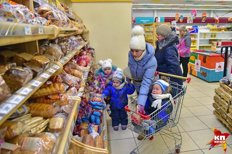 В магазине и на улице на маму часто обращают внимание. Но в супермаркете редко пропускают без очереди.