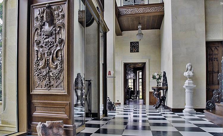 Резное деревянное панно с рыцарской символикой. По словам архитекторов замка, артист приобрел его в антикварном салоне. Фото: archrevue.ru