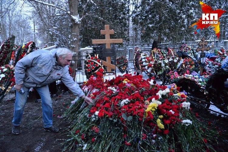 Могила героя была усыпана цветами.