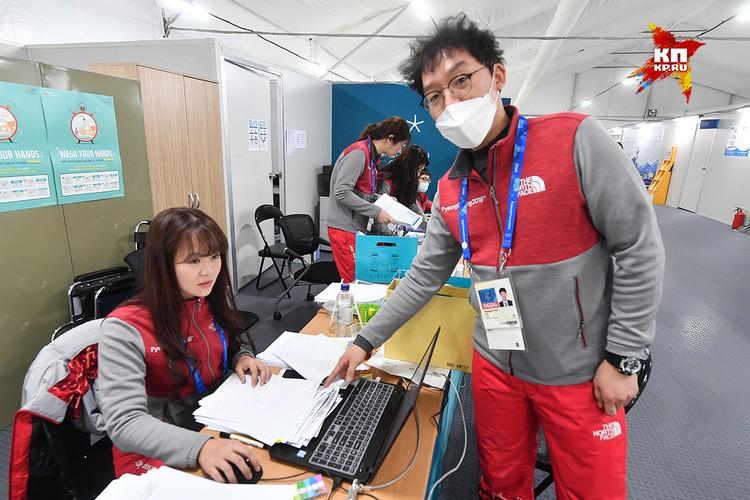 Всюду видны напоминания о вирусах, которые могут испортить спортсменам годы подготовки.