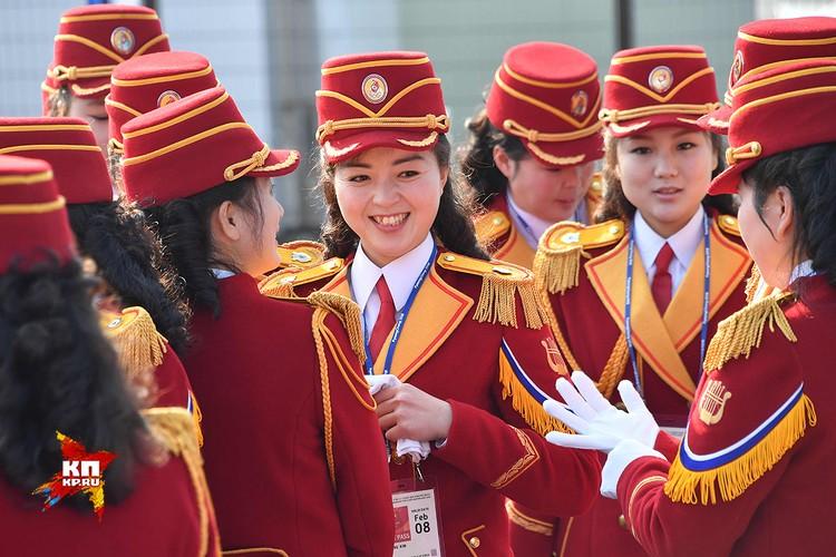 Девушки из северокорейского ансамбля лучезарно улыбались.