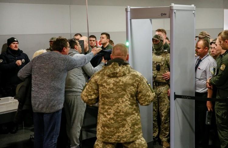Михаил Саакашвили и его сторонники спорят с пограничниками в киевском аэропорту «Борисполь». Он улетел, но обещал вернуться
