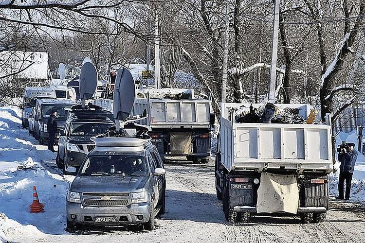 К вчерашнему вечеру с места трагедии вывезли 700 обломков - это не один десяток «КамАЗов». Поисковая операция продолжается и сейчас. Фото: Михаил ВОСКРЕСЕНСКИЙ/РИА Новости