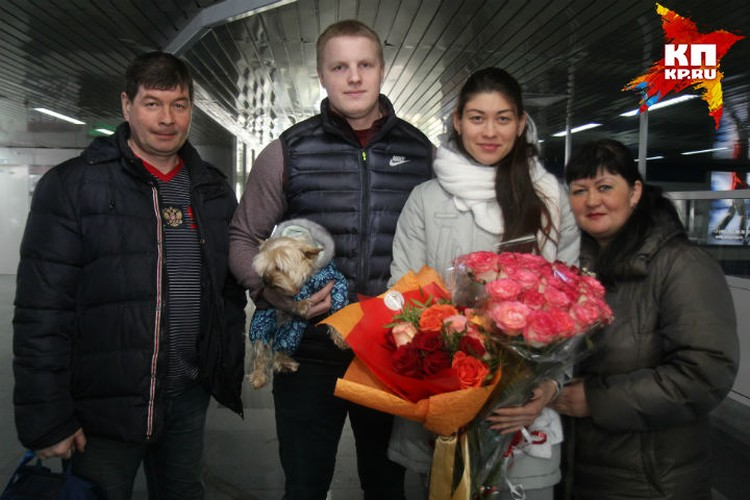 В аэропорту Иркутска Анастасию встречали родители и жених