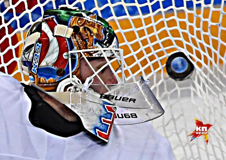 Шайба после броска российского хоккеиста влетает в ворота норвежцев, четвертьфинал Олимпиады.