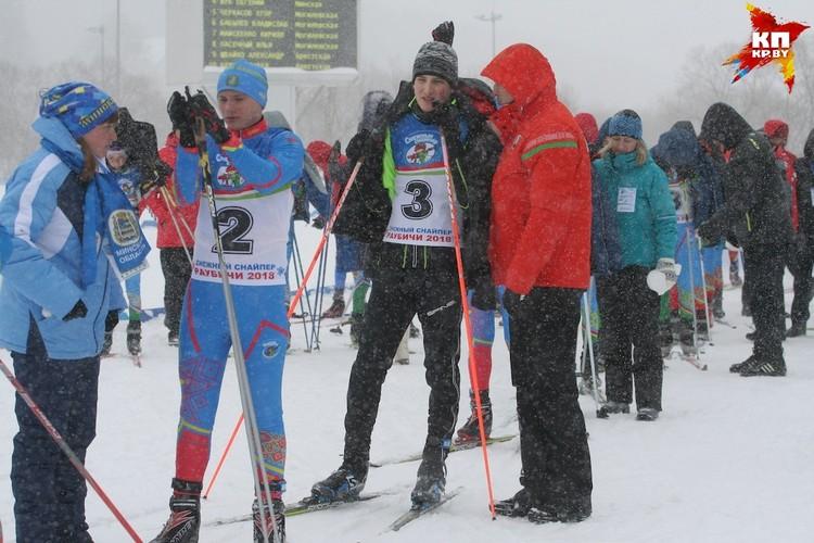 На старт участники соревнований уходили без винтовок.