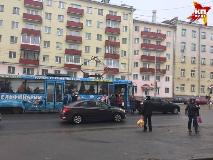 "ДТП произошло на остановке ""переулок Козлова"". Фото: Микита НЕДАВЕРКОВ."