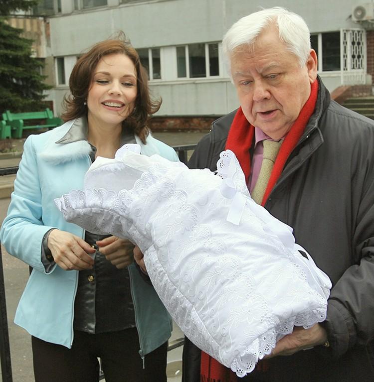 Олег Табаков встретил супругу актрису Марину Зудину с новорожденной дочерью Марией, выписавшихся из роддома. Фото ТАСС/ Михаил Фомичев