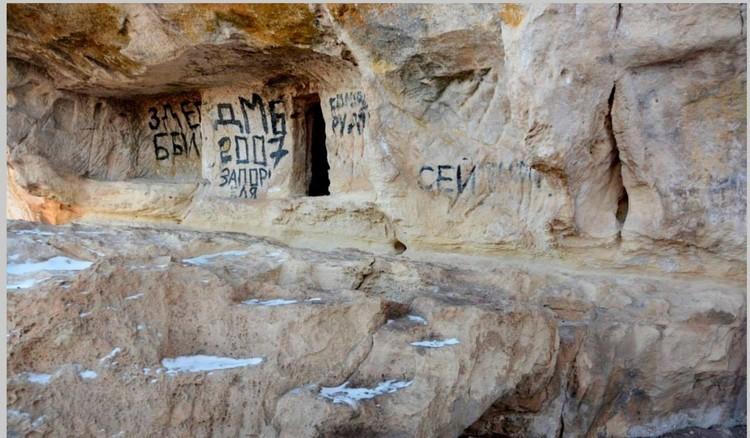 """И тут вандалы нарисовали """"Здесь был Вася"""". Фото: проект АрхеоМост"""