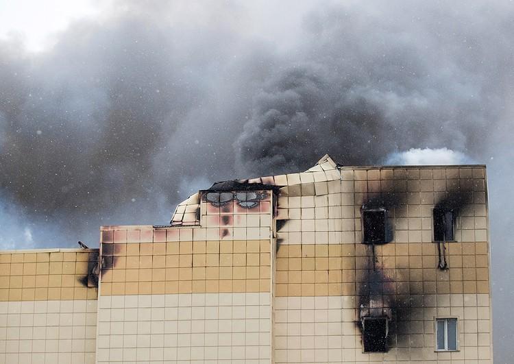 Cтолбы черного дыма над горящим ТЦ в Кемерово. ФОТО Данил Айкин/ТАСС